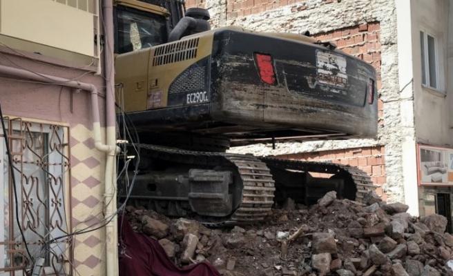 Bursa'da yıkım yapan ekskavatörle bina duvarı arasına sıkışan işçi öldü