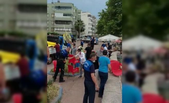 Bursa'da zabıta ekipleri esnafın sahili işgal eden malzemelerini kaldırdı