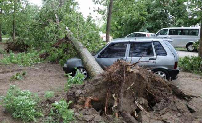 Edirne'de şiddetli sağanak ve fırtına hayatı olumsuz etkiledi