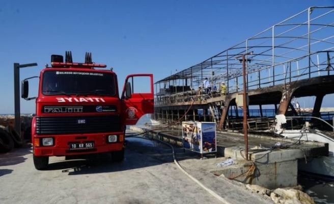 Balıkesir'de iskeleye bağlı gezi teknesi yandı