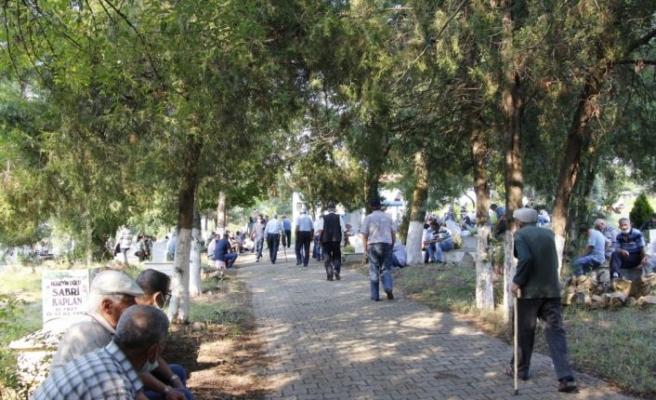 Bilecik'te ilçe halkı toplu mezarlık ziyareti geleneğini sürdürüyor