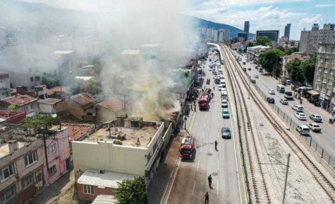Bursa'da çıkan yangında 3 ev kullanılamaz hale geldi