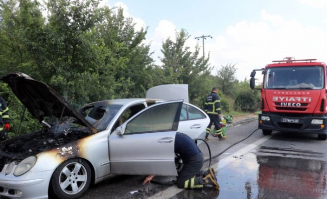 Edirne'de memleketine giden gurbetçinin otomobili tamamen yandı