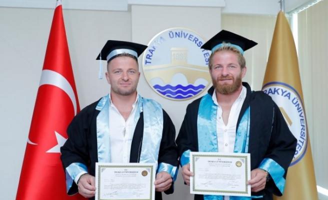 """Er meydanlarının """"Sarı fırtınası"""" İsmail Balaban ile ikiz kardeşi Turan Balaban mezuniyet sevinci yaşadı"""