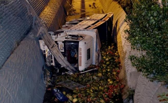 Esenyurt'ta karpuz yüklü kamyon dereye devrildi: 1 yaralı