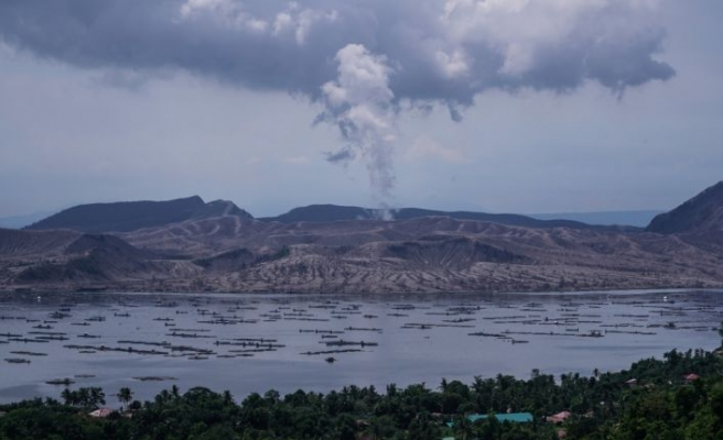 Filipinler'deki Taal Yanardağı'dan gökyüzüne duman bulutları yükseldi