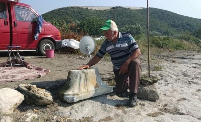 İznik Gölü'nde bulunan sütun başlığı müze yetkililerine teslim edildi