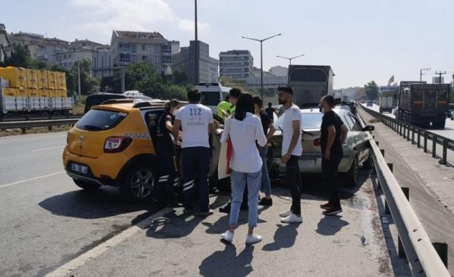 Kocaeli'de taksi emniyet şeridinde park halindeki otomobile çarptı: 4 yaralı