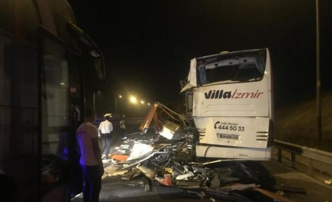 Kuzey Marmara Otoyolu'nda yolcu otobüsü ile tıbbi atık aracı çarpıştı: 4 yaralı