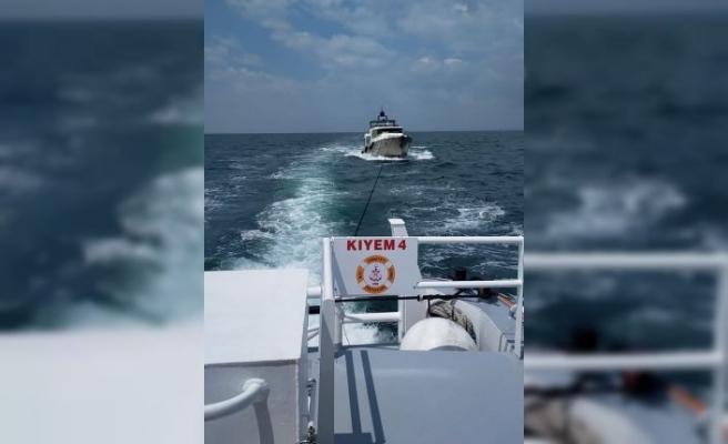 Marmara Denizi'nde makinesi arızalanan tekne güvenli bölgeye götürüldü