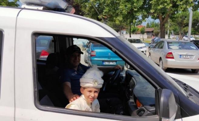 Sakarya'da bir çocuğun polis aracıyla gezme hayali sünnet düğününde yerine getirildi