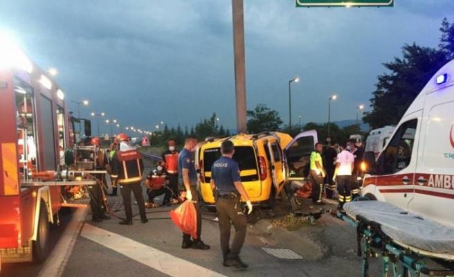 Sakarya'da hafif ticari taksinin refüje çarpması sonucu 2 kişi öldü, 5 kişi yaralandı
