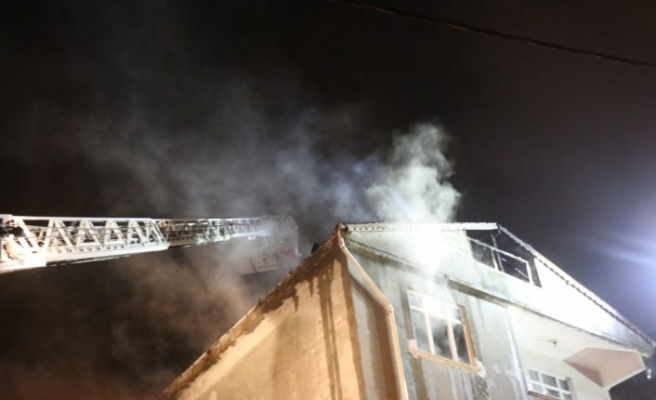 Sultanbeyli'de çatı yangını