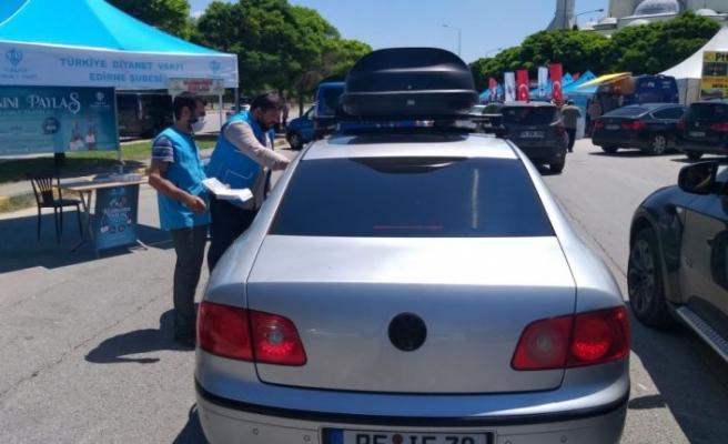 Türkiye Diyanet Vakfı Kapıkule'de gurbetçilere su ve lokum ikram etti