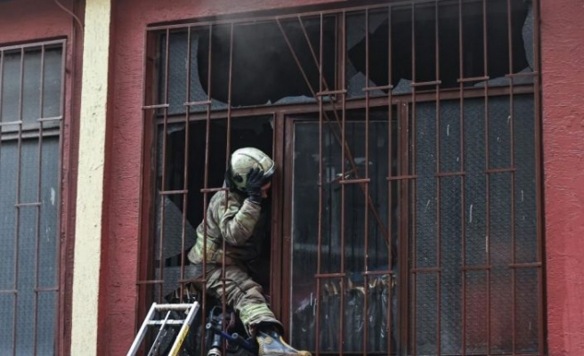 Zeytinburnu'nda yangın çıkan atölyenin bulunduğu binada mahsur kalanlar itfaiye ekiplerince kurtarıldı