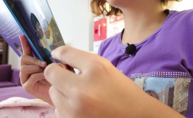 Doğuştan işitme engelli kızlarının sesini duymanın sevincini yaşadı