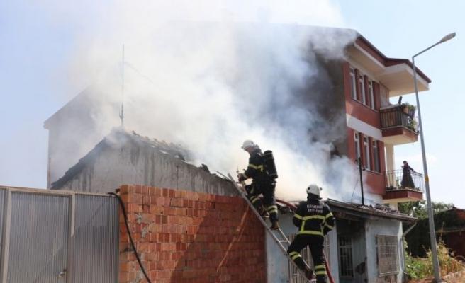 Edirne'de yangın çıkan müstakil ev kullanılamaz hale geldi
