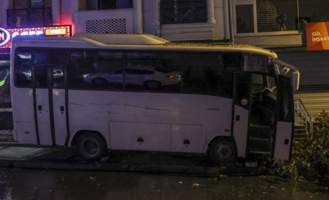 Esenyurt'ta minibüsün altında kalan kişi hayatını kaybetti