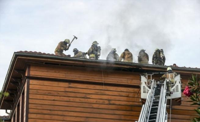 Fatih'te ahşap otel binasında çıkan yangın söndürüldü