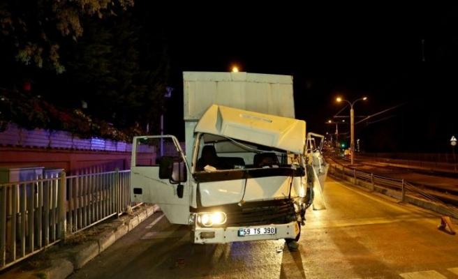İstanbul'da ambulansla çarpışan kamyonetin sürücüsü yaralandı