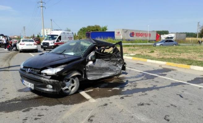 Sakarya'da iki otomobilin çarpışması sonucu 1 kişi öldü 3 kişi yaralandı
