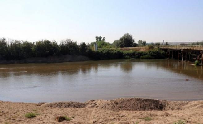 Taşkın riskini azaltmak için Tunca Nehri yatağında başlatılan kum temizliği sürüyor