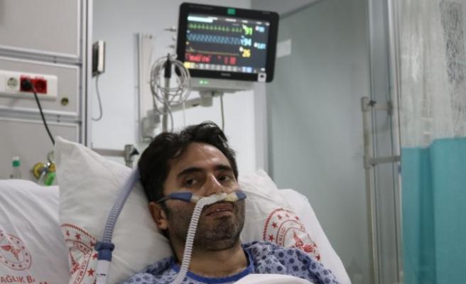 """Tedavisi yoğun bakımda süren 40 yaşındaki Kovid-19 hastasından """"Aşı olun"""" çağrısı"""
