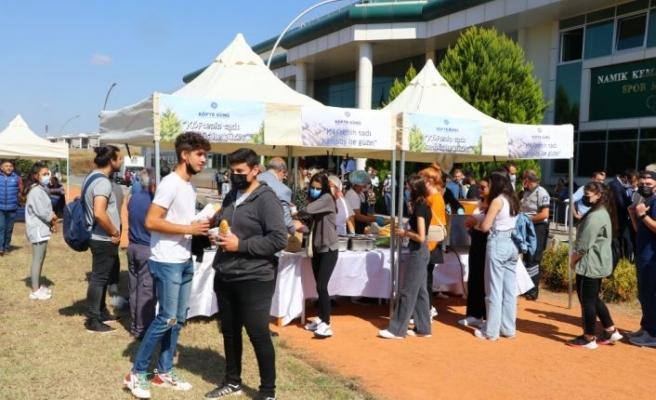 Tekirdağ'da üniversitenin yeni öğrencilerine kentin meşhur köftesi ikram edildi