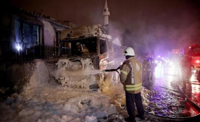 İstanbul'da park halindeki 2 tırda çıkan yangın hasara neden oldu
