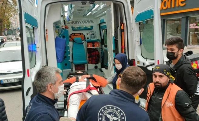 Kocaeli'de otomobille çarpışan motosiklet sürücüsü yaralandı