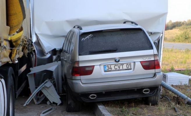 Otomobil tır ve ATM'ye çarpan cipteki 2 kişi yaralandı