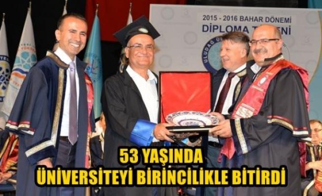 53 yaşında üniversiteyi birincilikle bitirdi