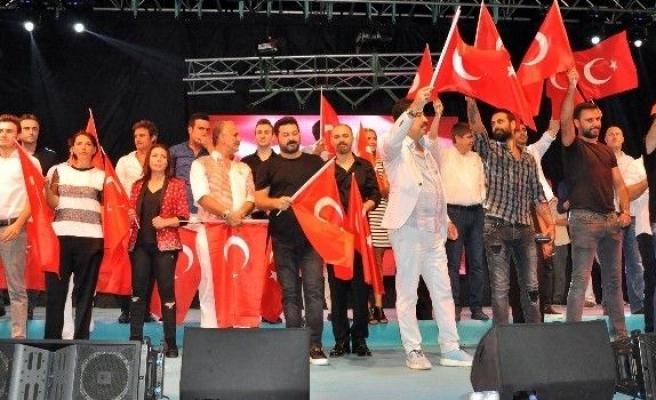Antalya'da demokrasi nöbetine sanatçılardan tam destek