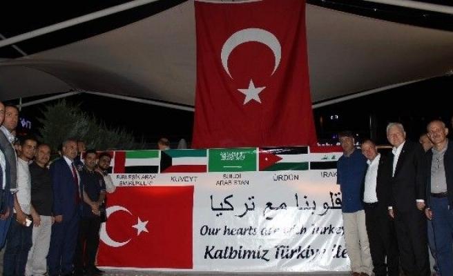 Arap dünyasından demokrasi nöbetine pankartlı destek
