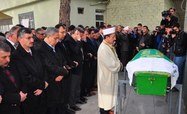 Arınç, Eşinin Amcasının Cenazesine Katıldı