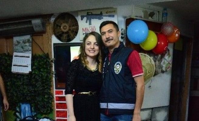 Demokrasi nöbetinde görevli polise eşinden doğum günü sürprizi