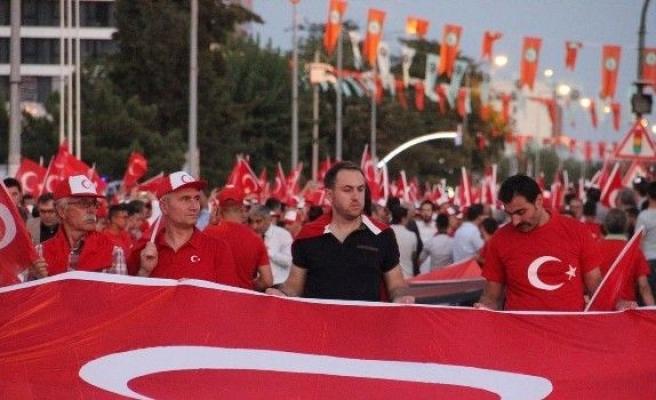 Edirne'de demokrasi nöbetinde meydanlarda insan seli