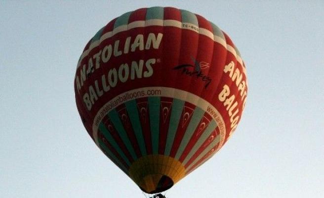 Kapadokya'da balonlar Türk bayrakları ile havalandı