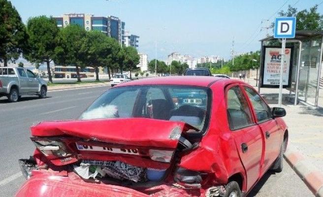Kırmızı Işıkta Bekleyen Otomobile Çarptı: 2 Yaralı