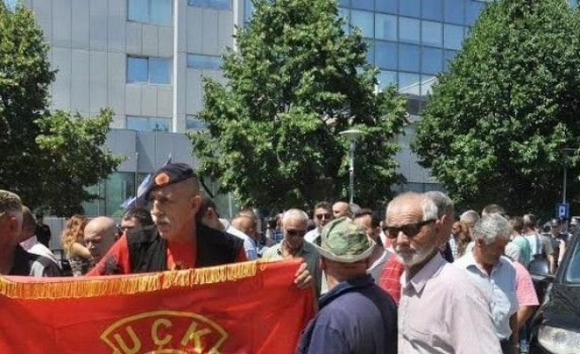 Kosova Başbakanlık Binasının Önü Savaş Alanına Döndü