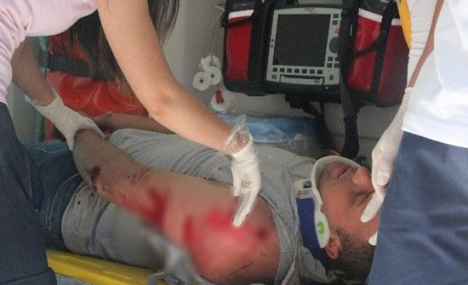 Motosiklet sürücüsünü kafasındaki kask kurtardı