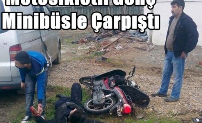 Motosikletli Genç Minibüsle Çarpıştı