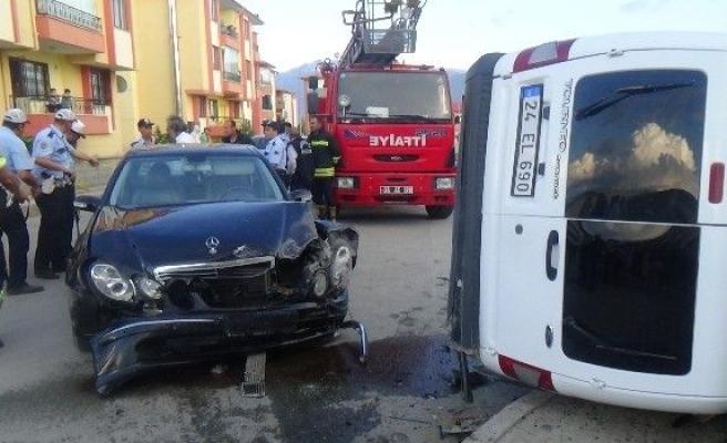 Otomobil Polis Otosuna Çarptı: 2'si Polis 3 Kişi Yaralandı