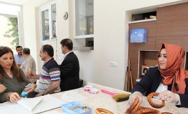 Sena Nur Çelik, Esnaf Ziyaretinde Simit Yapıp Dağıttı