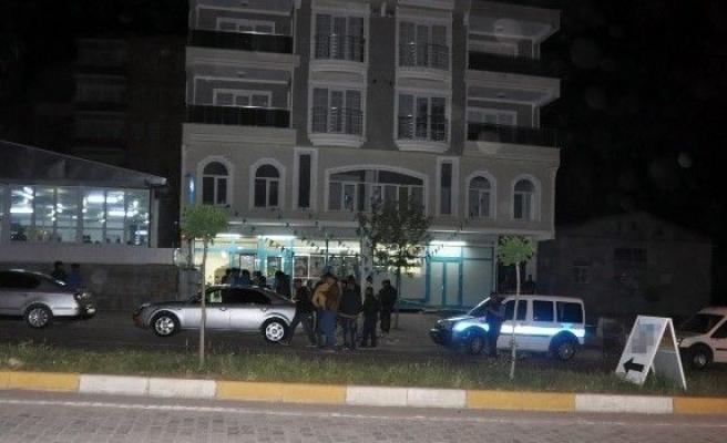 Silahı Tutukluk Yapınca Kaçan Soyguncu Polise Teslim Oldu