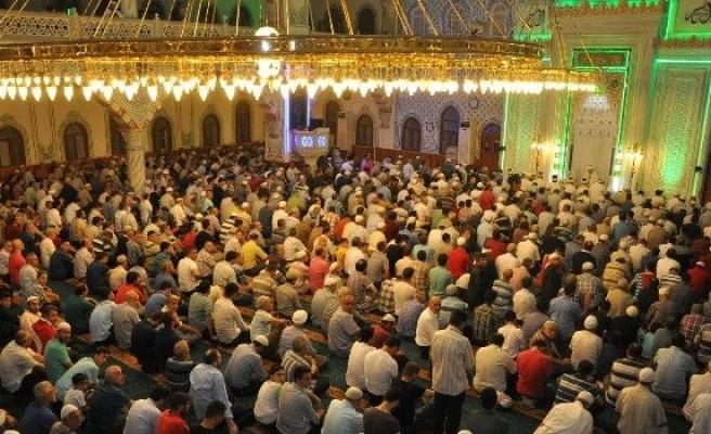 Sultangazi Belediyesi ve Sultangazi Müftülüğü Şehitler için Mevlit okuttu