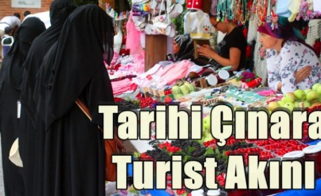 Tarihi Çınara Turist Akını
