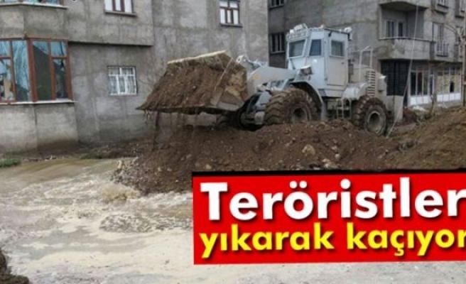 Teröristler yıkarak kaçıyor
