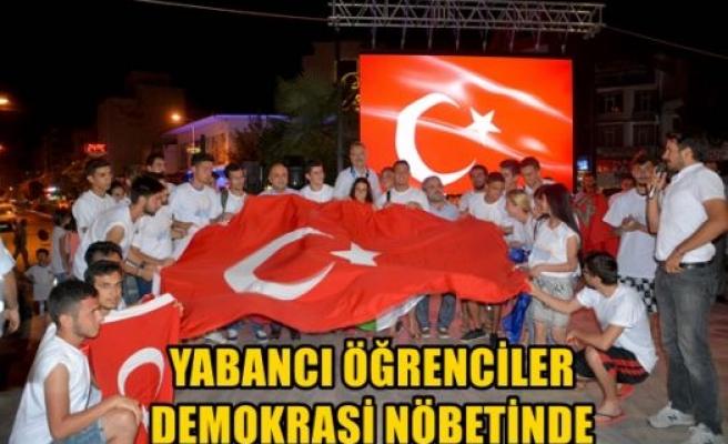Yabancı öğrenciler demokrasi nöbetinde