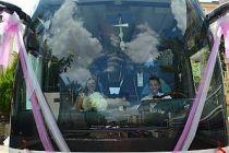 Kırklareli'nde bir çift, yolcu otobüsünü gelin arabası yaptı
